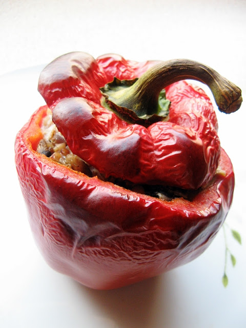 Pomysł na szybki obiad – czerwona papryka faszerowana kaszą gryczaną z cebulką i pieczarkami :)