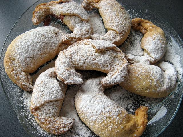 Kruche rogaliki z marmoladą borówkową i cukrem pudrem