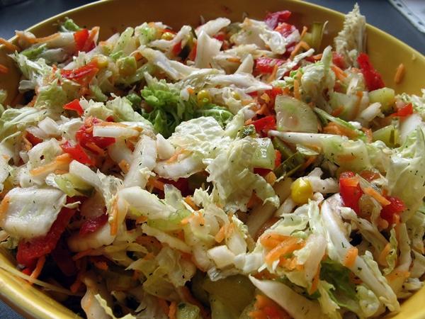 Surówka obiadowa z kapusty pekińskiej z sosem koperkowo ziołowym