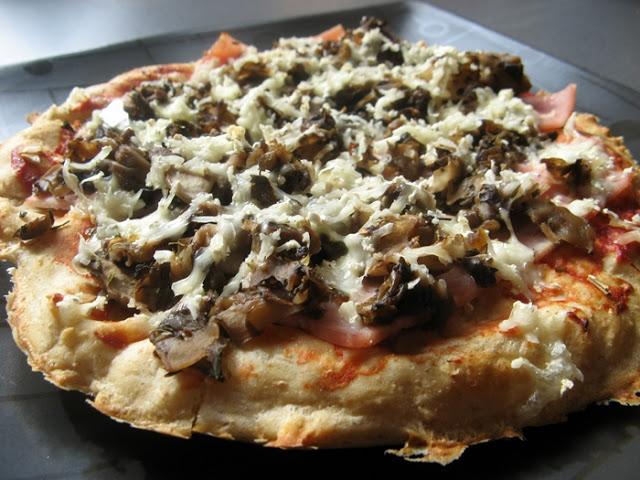 Wyrośnięta pizza pełnoziarnista z camembertem, szynką i pieczarkami
