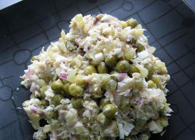 Sałatka z wędzoną makrelą i zielonym groszkiem
