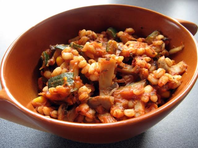 Kasza pęczak z cukinią i grzybami w sosie pomidorowym