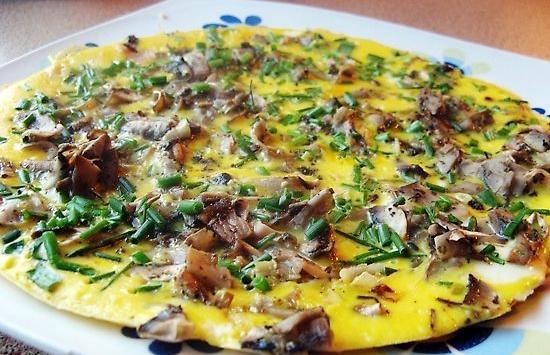 Prosty, ale pyszny omlet z pieczarkami i szczypiorkiem