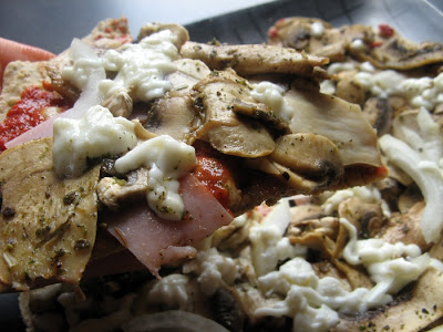 Niskokaloryczna pizza bez pieczenia na pełnoziarnistej tortilli