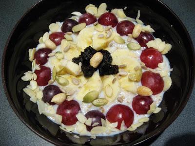 Owsianka z otrębami, winogronem, bananem  i orzechami, czyli śniadanie królów !