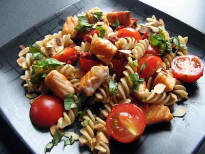 Sałatka z łososiem, suszonymi pomidorami i płatkami migdałowymi