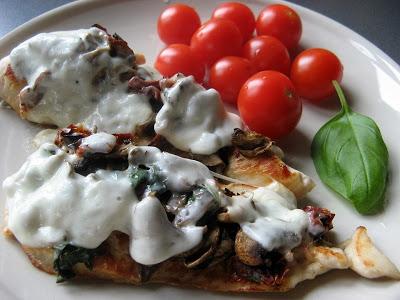 Pierś z kurczaka nadziewana suszonymi pomidorami, pieczarkami i świeżą bazylią zapiekana mozzarellą