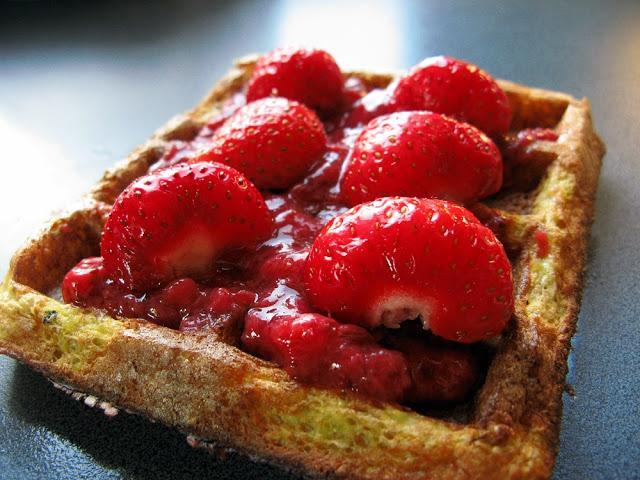 Dietetyczne gofry bez mąki z kaszy jaglanej z truskawkami, czyli jak umilić sobie zdrową dietę!