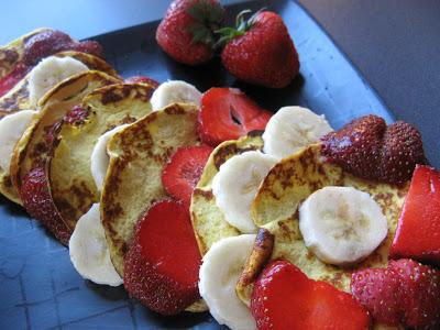 Pyszne śniadanie – placki sernikowe bez cukru i bez mąki z bananem i truskawkami