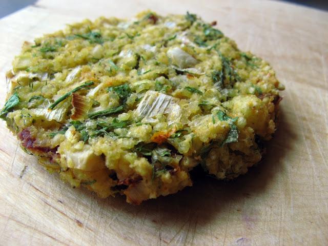 Pieczone kotlety z kaszy jaglanej z ziołami i suszonymi pomidorami