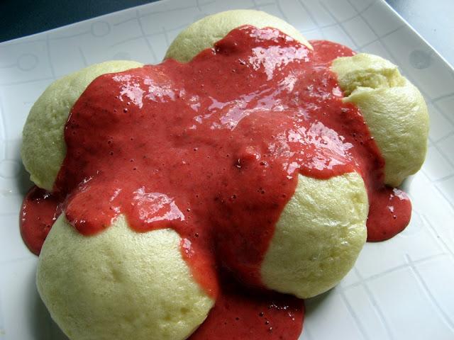 Drożdżowe kluski na parze (buchty) z sosem truskawkowym
