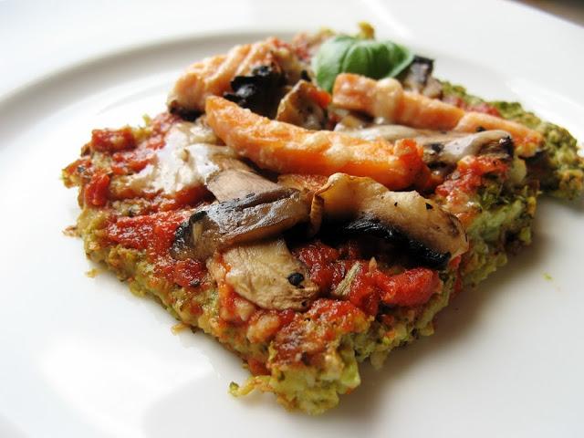 Niskowęglowodanowa pizza na brokułowym spodzie z łososiem, pieczarkami i parmezanem