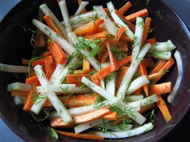 Surówka z marchewki i kalarepy z koperkiem