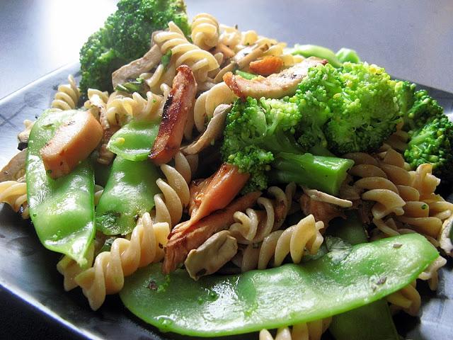 Razowy makaron z groszkiem cukrowym, brokułami i wędzoną piersią z kurczaka