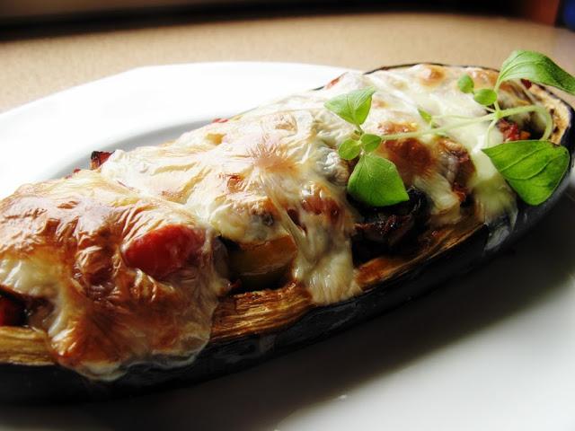 Wegetariański faszerowany bakłażan zapieczony mozzarellą