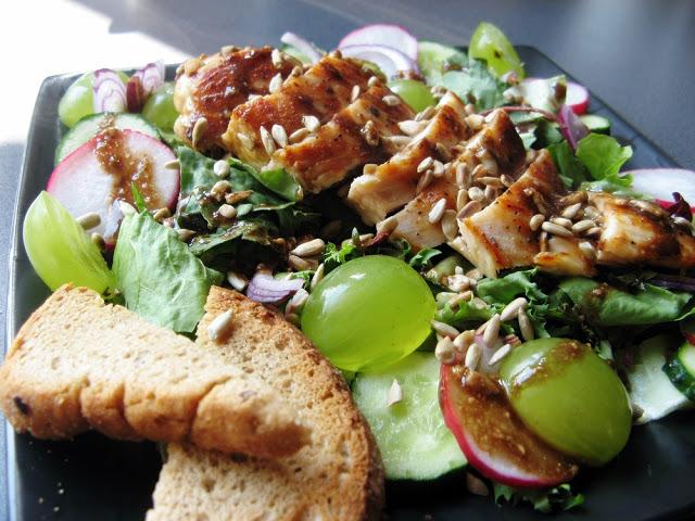 Sałatka z piersią z kurczaka, winogronem i prażonymi pestkami