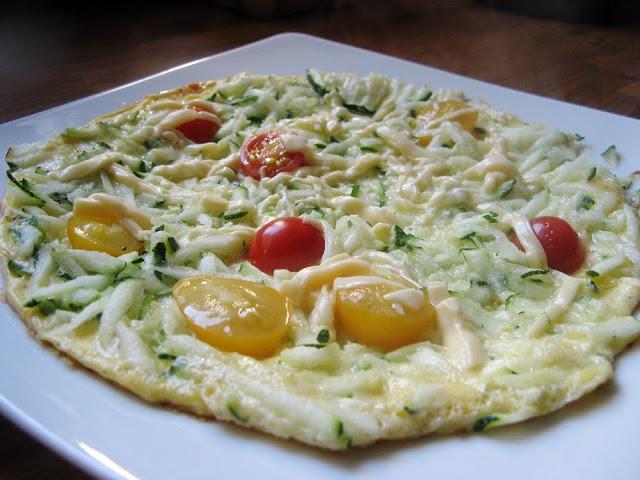 Omlet z cukinią, pomidorami i żółtym serem