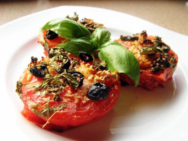 Pieczone pomidory z oliwkami i czosnkiem