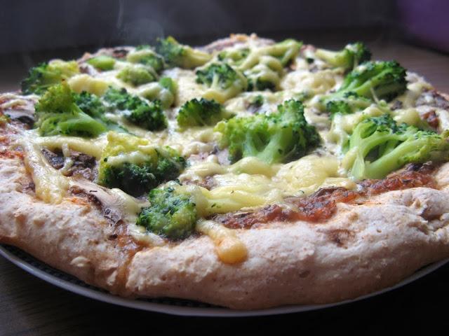Pizza orkiszowa z brokułami i pieczarkami
