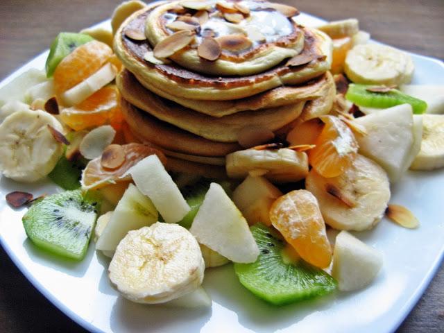 Śniadaniowe placki proteinowe z owocami bez cukru i mąki