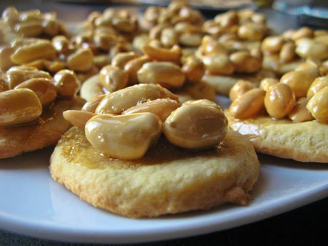 Świąteczne kruche ciasteczka z karmelizowanymi orzechami