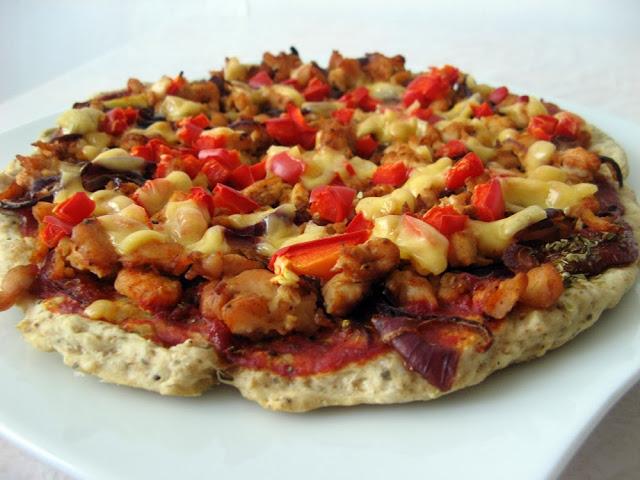 Pełnoziarnista orkiszowa pizza z kurczakiem