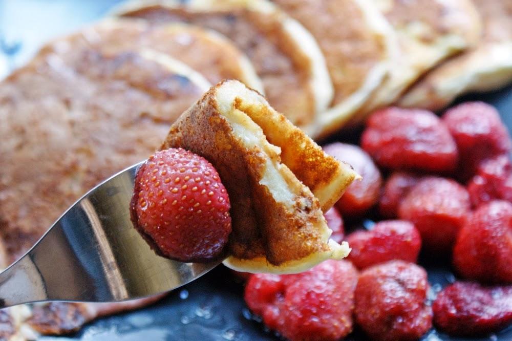 Lekkie placki twarogowo-gryczane z syropem z agawy i truskawkami