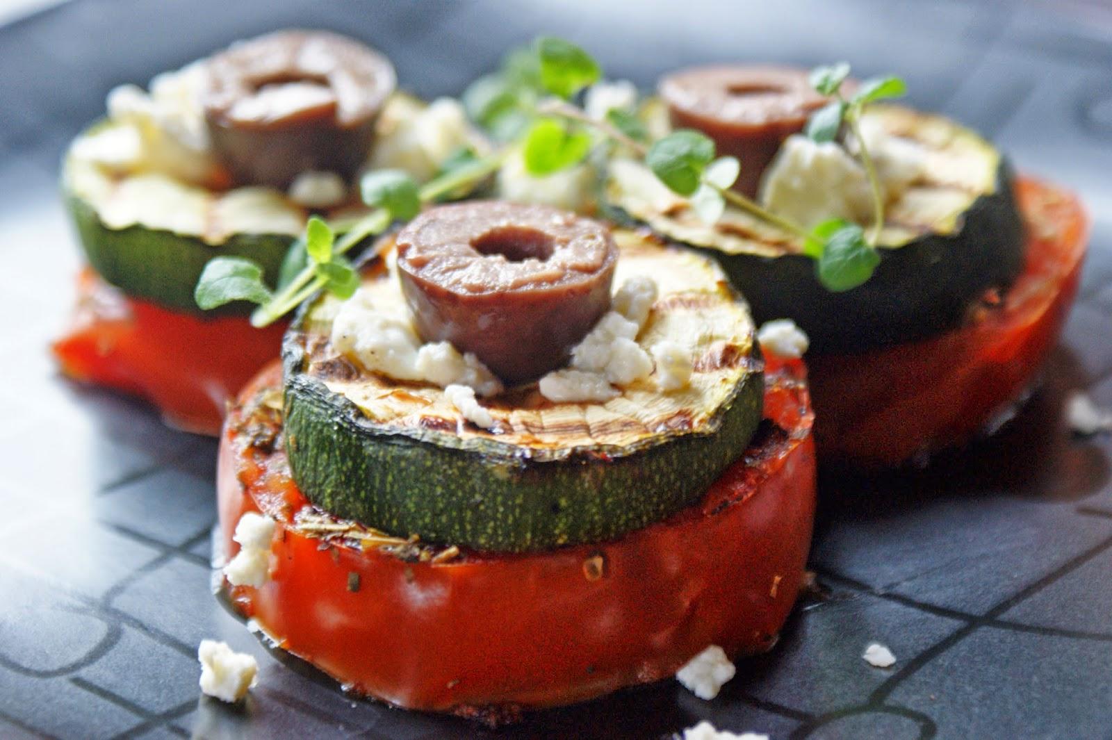 Przystawka z grillowanych pomidorów, cukinii i fety