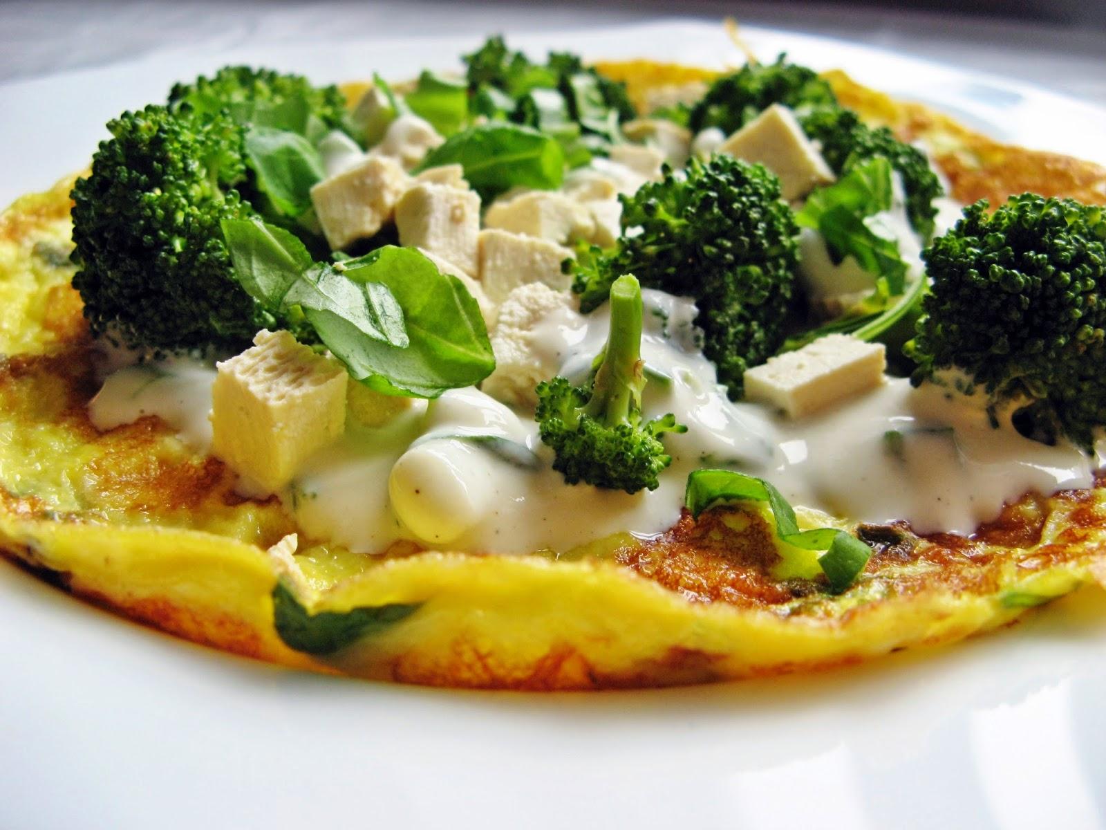 Omlet z brokułem i wędzonym tofu