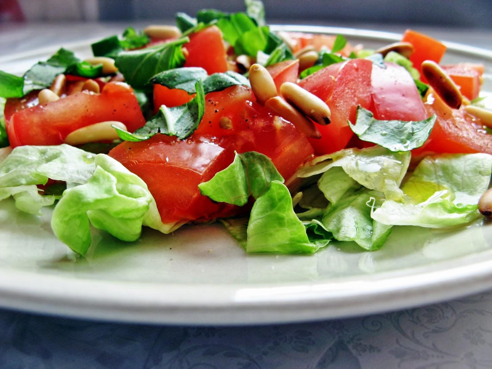 Lekka sałatka z pomidorem, bazylią i orzechami pinii