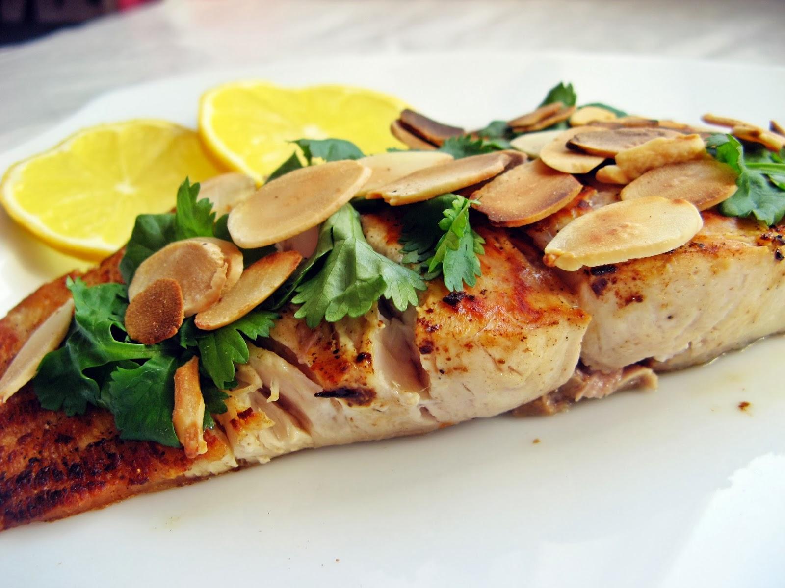 Ryba z prażonymi płatkami migdałowymi i ziołami