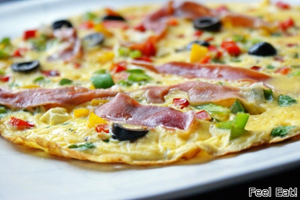 Omlet z prosciutto, papryką i oliwkami
