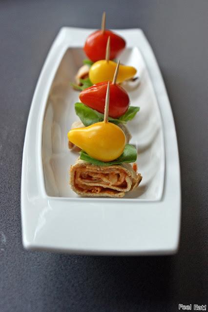 Zdrowe koreczki z pomidorami, bazylią i tortillą zapiekaną z serem mozzarella