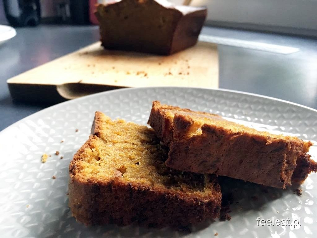 Ciasto dyniowe z piekarnika. Zdrowe ciasto dyniowe - pokrojone na kawałki.