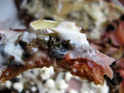 Pizza na twarogowym spodzie bez mąki na różne sposoby