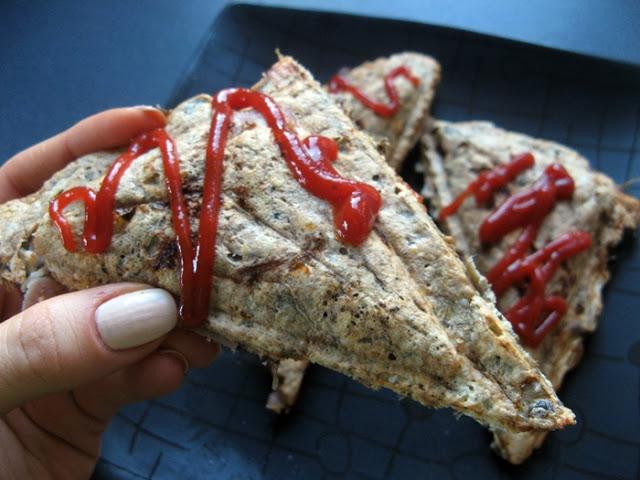 IMG 4602 - Kolejna odsłona otrębowych tostów śniadaniowych z pieczarkami, szynką i camembertem.