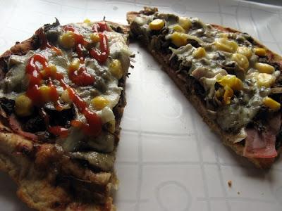 Pizza lekko twarogowa z serem, szynką, pieczarkami i kukurydzą