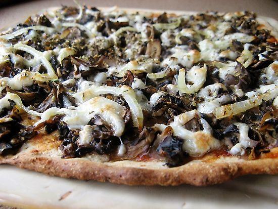 Chrupiąca kwadratowa pizza z mozzarellą na pełnoziarnistym spodzie
