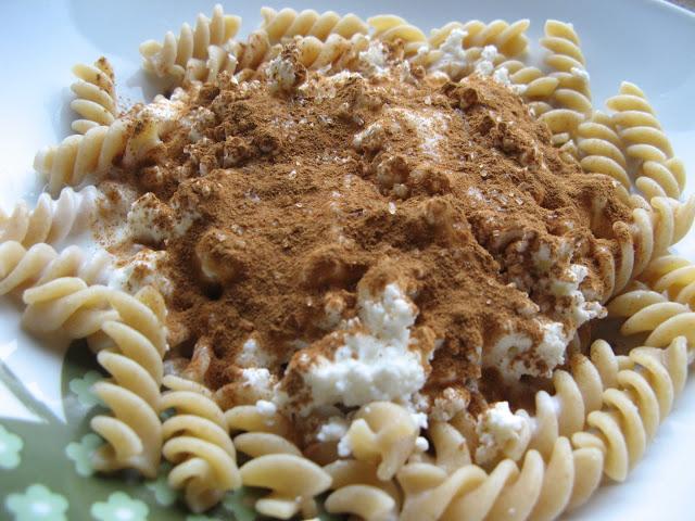 IMG 5011 - Pomysł na szybki obiad : razowy makaron z serem,jogurtem, cynamonem i cukrem trzcinowym