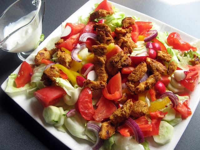 Sałatka z kurczakiem z przyprawą kebab z jogurtowym sosem czosnkowym