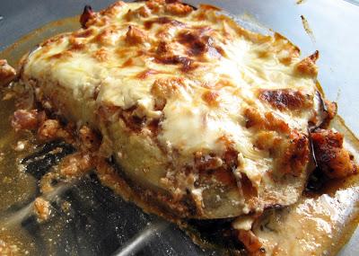 Dietetyczna, niskowęglowodanowa lasagne z mieloną piersią z kurczaka, szpinakiem i bakłażanem