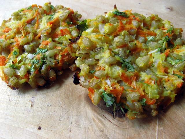 Pieczone kotlety z kaszy pęczak z warzywami