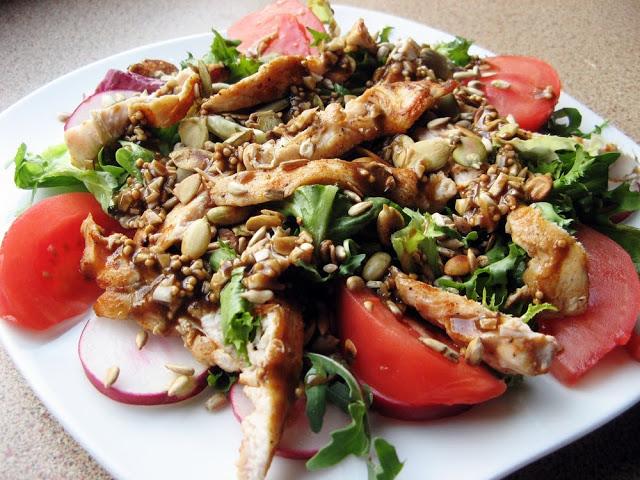 Sałatka z grillowanym kurczakiem i pestkami słonecznika i dyni