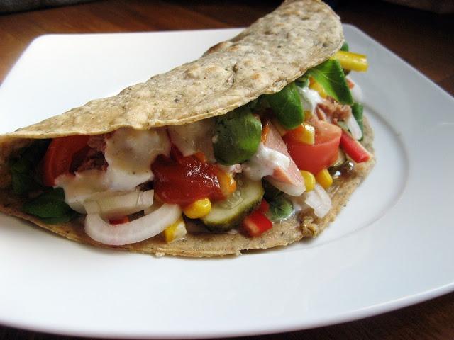 Pikantna pełnoziarnista tortilla z tuńczykiem