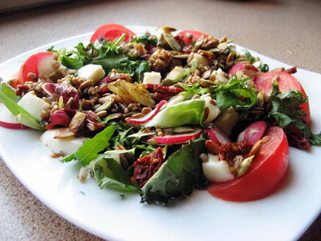 Picture 002 - Sałatka z mozzarellą, suszonymi pomidorami i pestkami