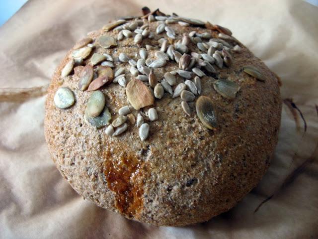 Bochenek chleba pełnoziarnistego