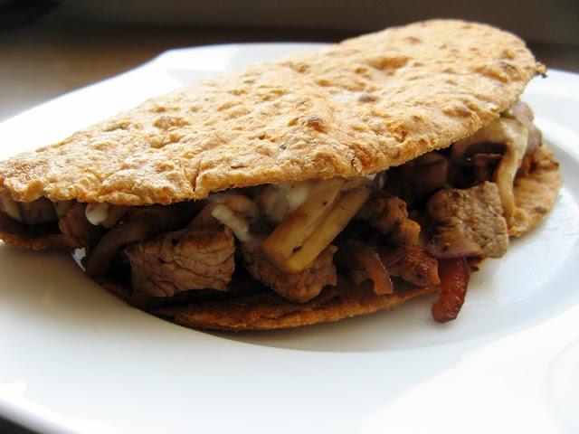 Dietetyczna orkiszowa tortilla z wieprzowiną, pieczarkami i sosem musztardowo-czosnkowym / Liebster Blog Award :)