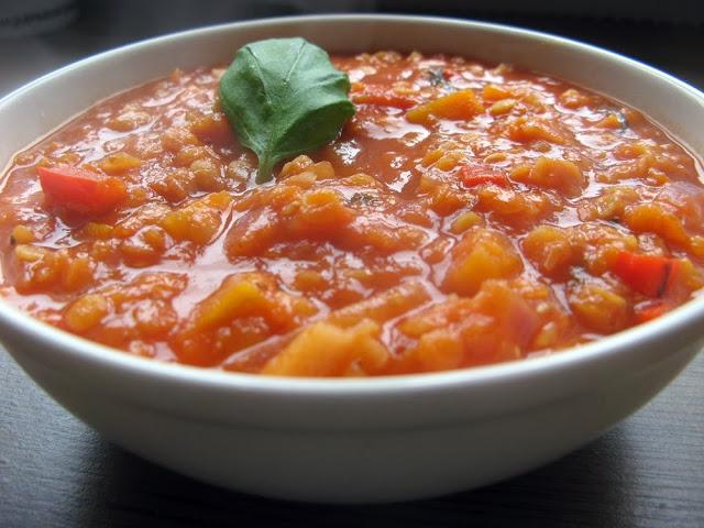 Wegetariańska gęsta zupa z soczewicy