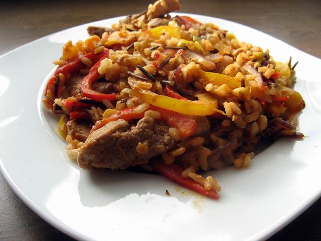 Lekka orientalna polędwiczka z warzywami i dodatkiem dzikiego ryżu