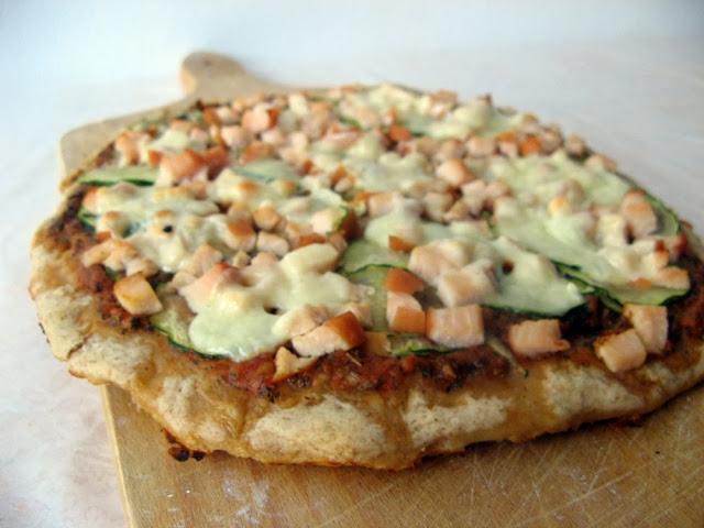 Pizza orkiszowa z wędzonym kurczakiem, cukinią i mozzarellą